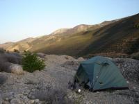 Camp in gebirgiger Steppenlandschaft